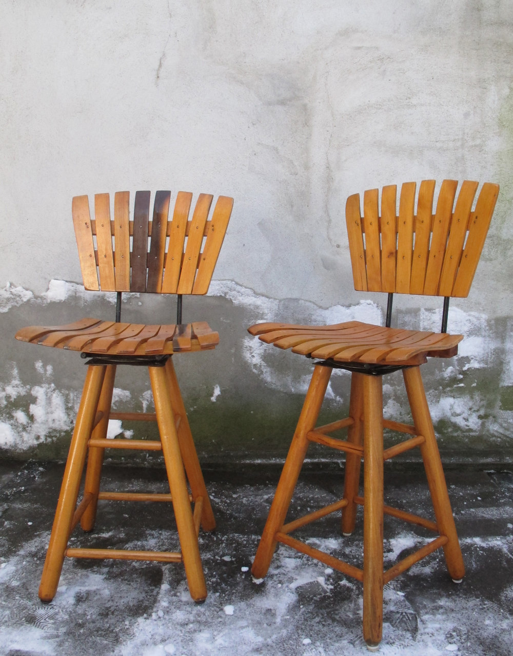 PAIR OF ARTHUR UMANOFF STYLE SWIVEL BAR STOOLS