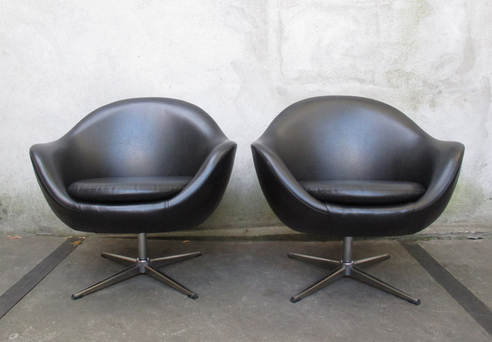 PAIR OF BLACK POD SWIVEL CHAIRS ATTRIBUTED TO OVERMAN
