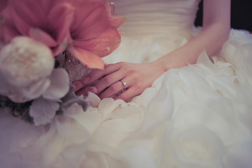 Yaerin holding her bouquet, detail