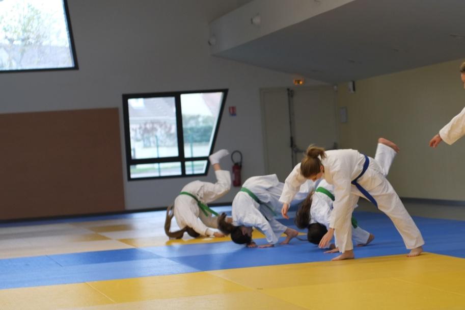 Chute avant. Le kata de chutes contient 10 chutes codifiées avec reprise de garde.