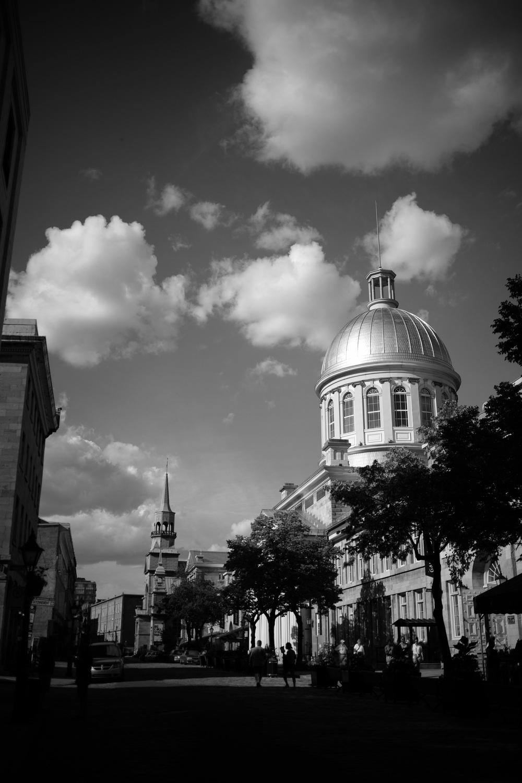 Montréal Marche Bonsecours et Notre-Dame-de-Bonsecours dans le fond. Demande à être recardée pour virer le bâtiment à droite qui parasite la perspective.