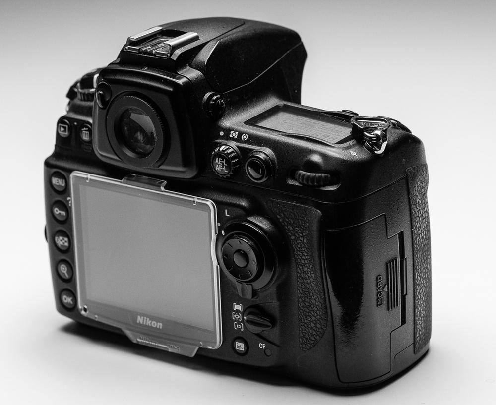 Belichtungspeicher (AE-L AF-L) und AF-ON an der Rückseite einer Nikon Mittelkassekamera - namentlich der legendären D700. Die Beschriftung AF-ON ist nach einigen 100 tausend Auslösungen mittlerweile abgewetzt und unlesbar.
