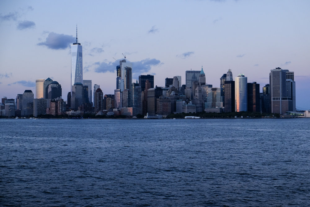 - Hudson's is a 3-story cruise ship, restaurant & bar in NYC.The cruise takes you from Midtown to the Statue of Liberty and back, with amazing views and plenty of photo ops.