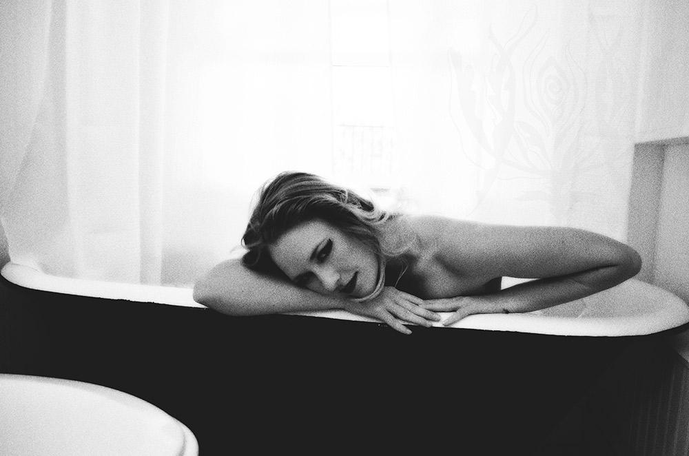 Ivory-Rose-Boudoir---Sarah-2015-Claw-Tub-Bathroom-Steam---Los-Angeles-Ojai-Santa-Barbara-Fine-Art-Nude-Photographer-Boudoir-Photography-7.jpg