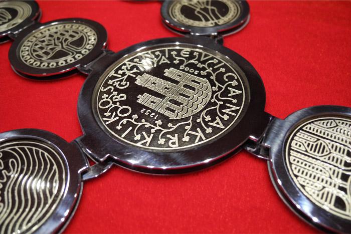 osrednji-medaljon-zupanske-verige.jpg