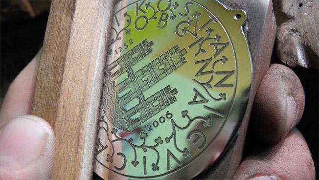 izdelava-zupanske-verige-glavni-medaljon-poliranje.jpg