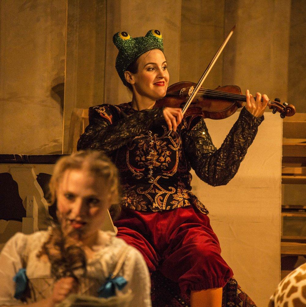 Pressbild Sångfågeln Elisabeth Ohlson Wallin Catalina spelar.jpg