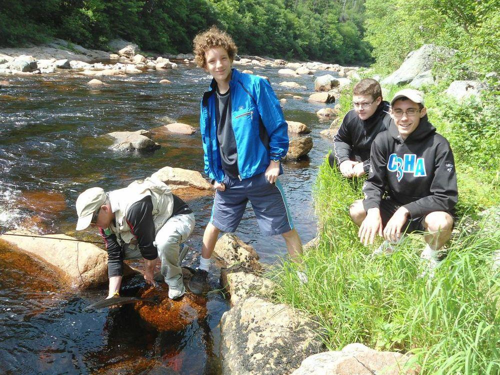 René Aucoin,Antoine Aucoin, Jeremy Camus et Kyle Lefort en train de faire la pêche sur la rivière de Chéticamp.