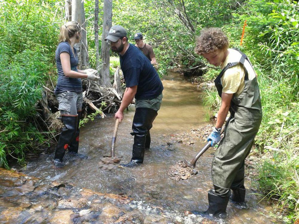 Antoine Aucoin installe un billot creuseur à une session d'entrainement «Adopt-a-Stream» à Mabou.