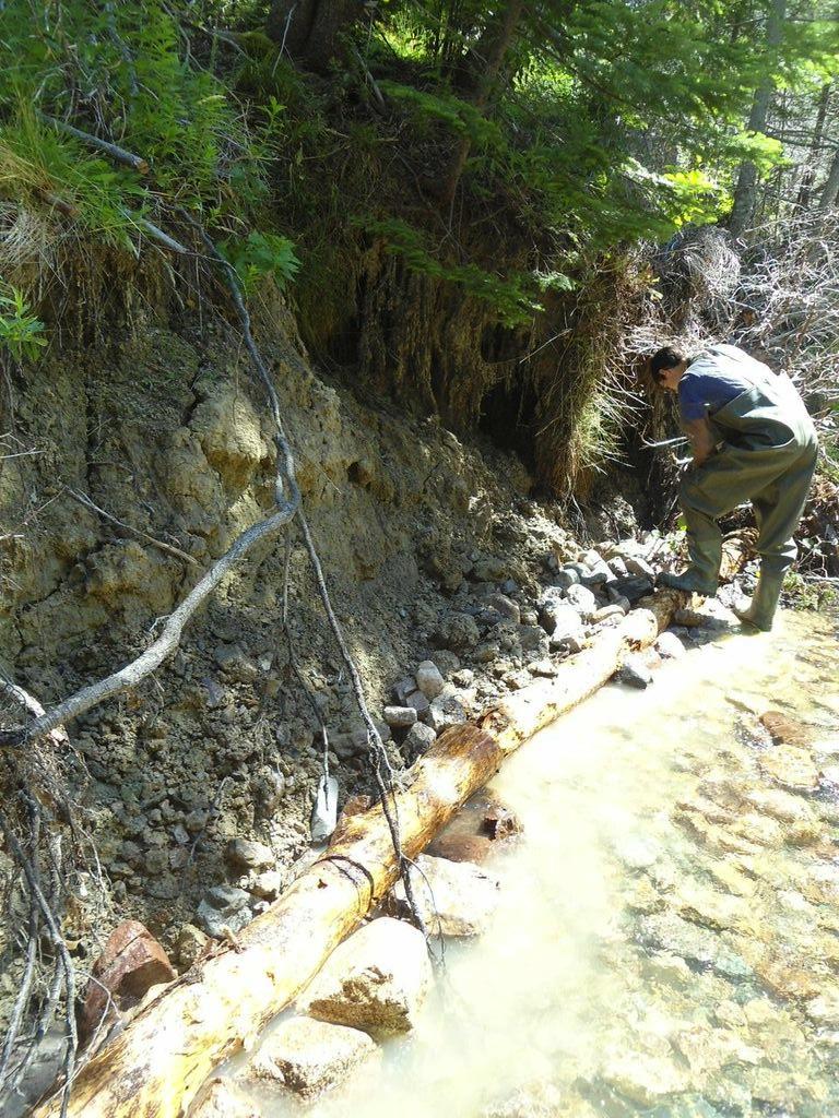 Kyle Lefort installe un protecteur de banque sur le ruisseau Aucoin.