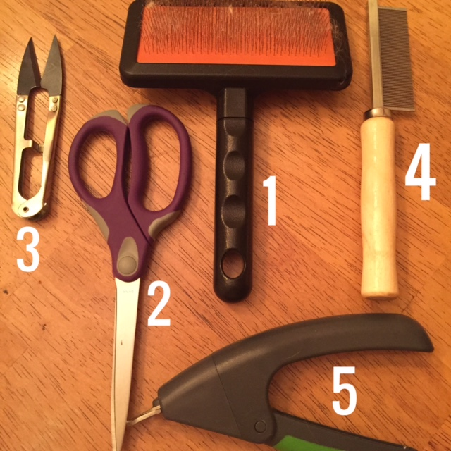 1 – Slicker Brush  2 – Simple Scissors  3 – Spring Scissors  4 – Dreadlock Comb    5 – Small Dog Nail Clippers
