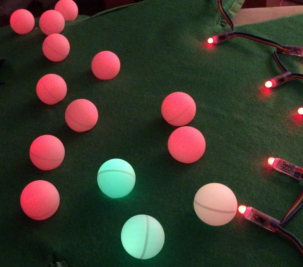 Arduino de Noël pour l'Halloween   Déguisement d'Halloween d'arbre de Noël en feutrine verte, balle de ping pong et LED strip indexées controlé par Arduino!