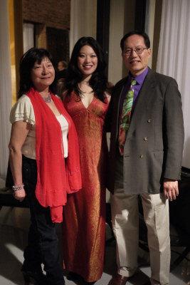 林逸揚(中)在「艾莉斯獎」頒獎典禮中,感謝父母林葉明(右)、杜維勤(左)支持她對於戲劇演出的執著。(記者黃惠玲/攝影)Photo by Jessica Huang