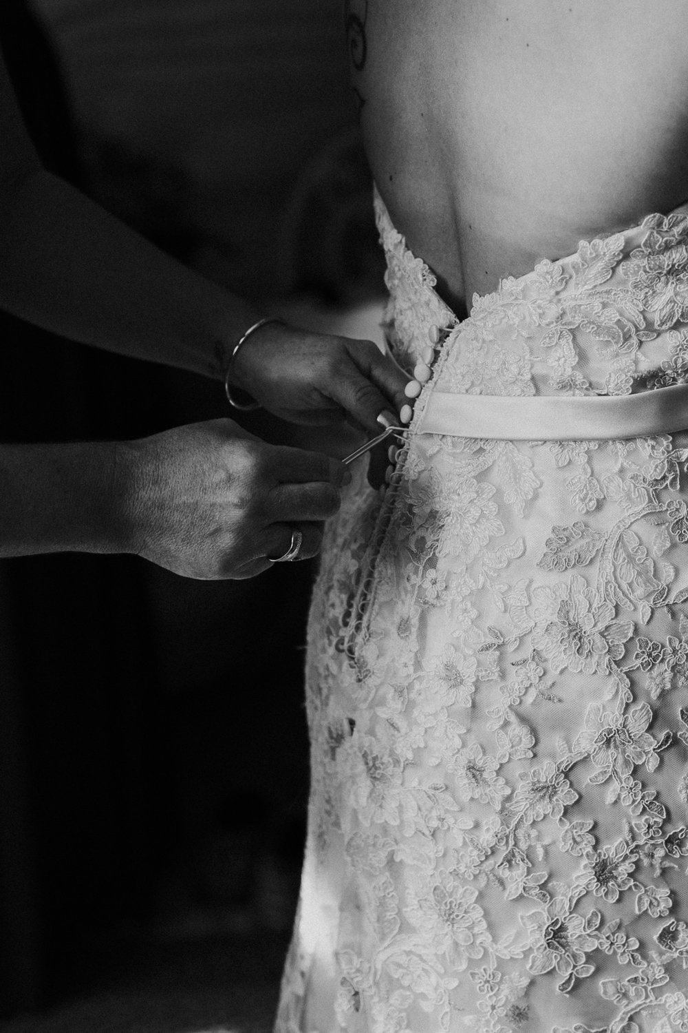 mom-ties-wedding-dress-black-and-white-photography