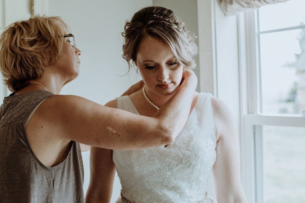 mom-daughter-getting-ready-wedding-photo