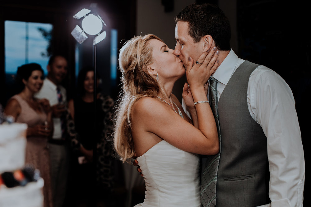silver-creek-country-club-bride-and-groom-reception-kiss-photography