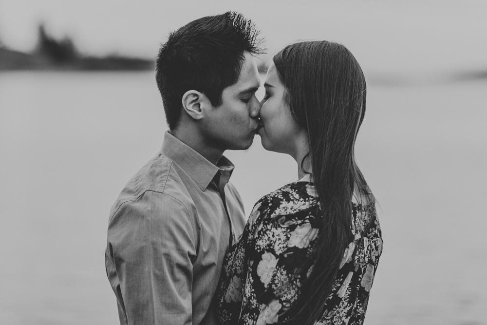merrill-creek-reservoir-engagement-photography-kiss