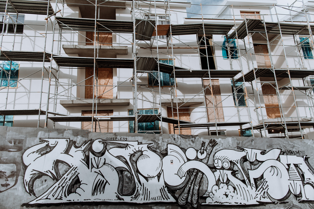reykjavik-street-photography-scaffolding-graffiti