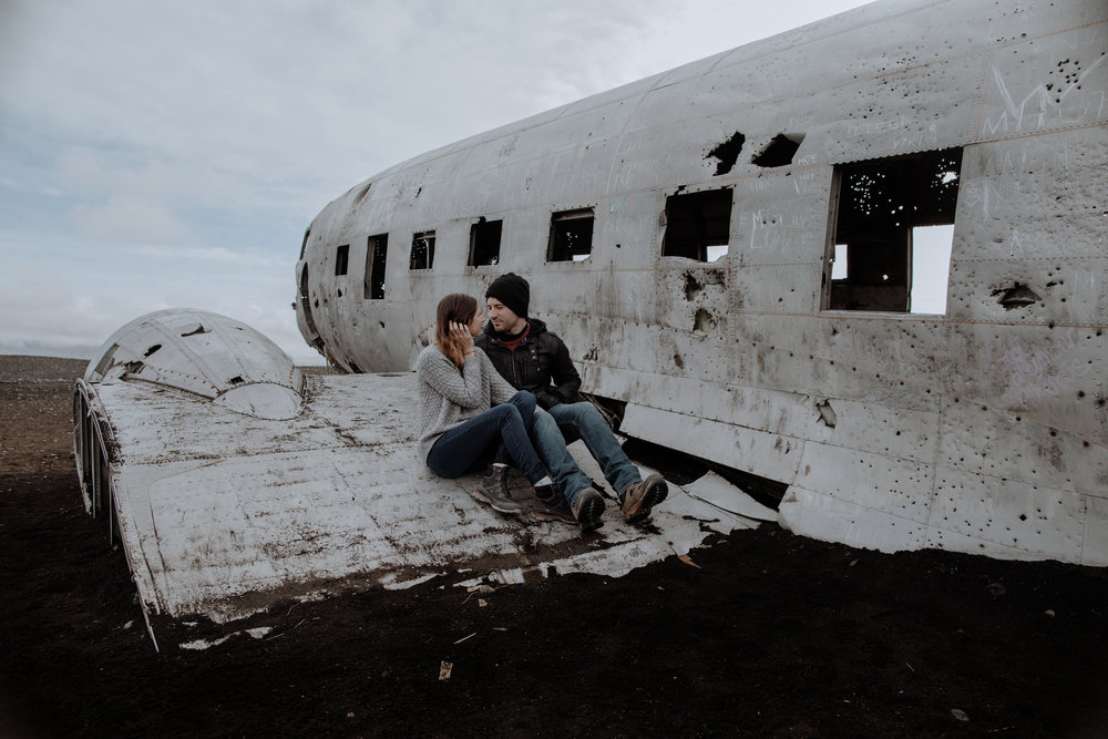 iceland-instragram-couple-on-plane-wreck