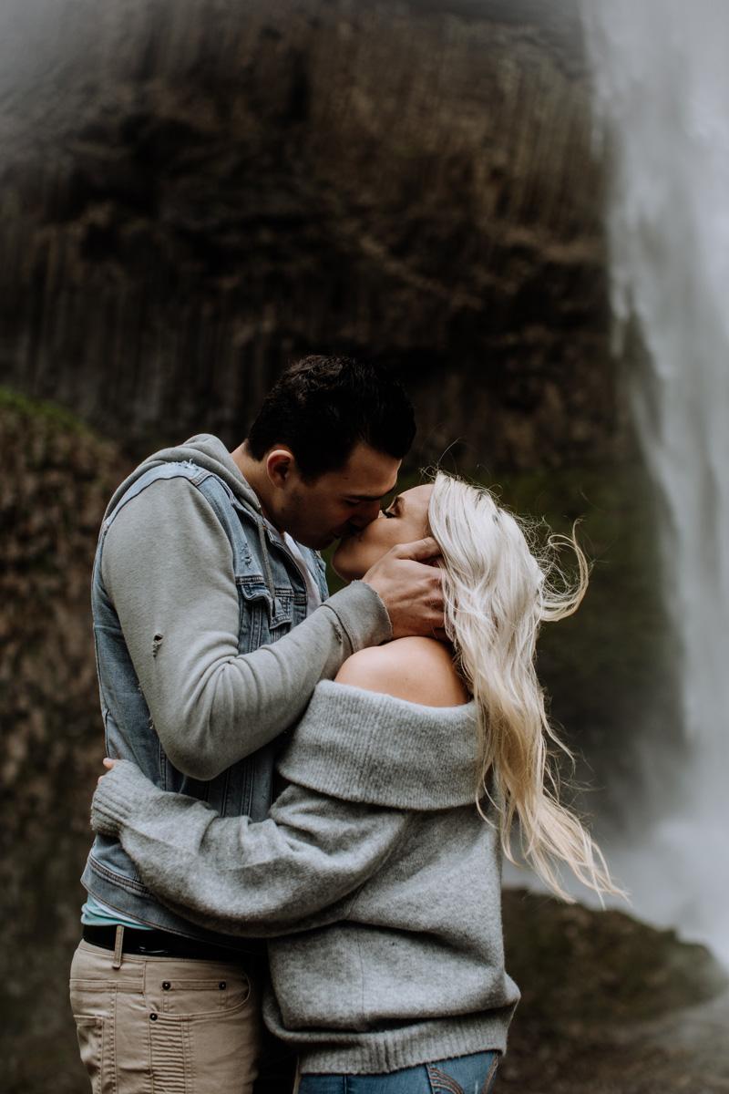 oregon-engagement-photography-lataural-falls-2
