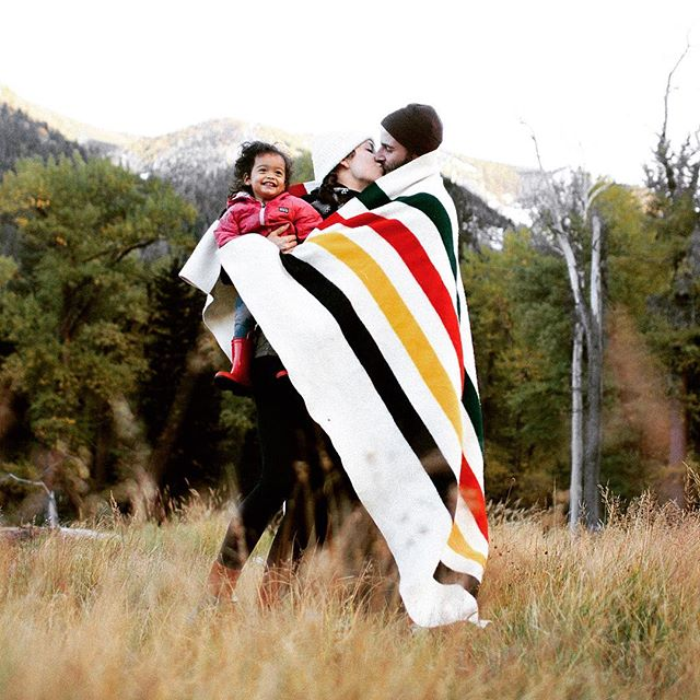 Are you more of a mountain, river, field, city or home sort of portrait lover? What best suits you and your fam? We love a good field-mountain-blanket combo personally! ❤️