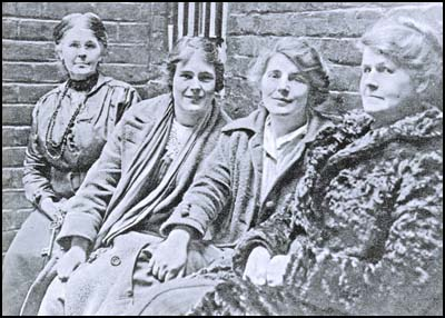 right - left: Alice Wheeldon, Winnie Mason, Hettie Wheeldon and a guard, taken when on remand in 1917