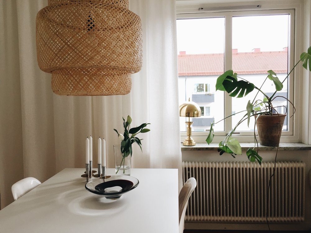 Ännu en loppislampa i fönstret den här gången. samt fatet på bordet.