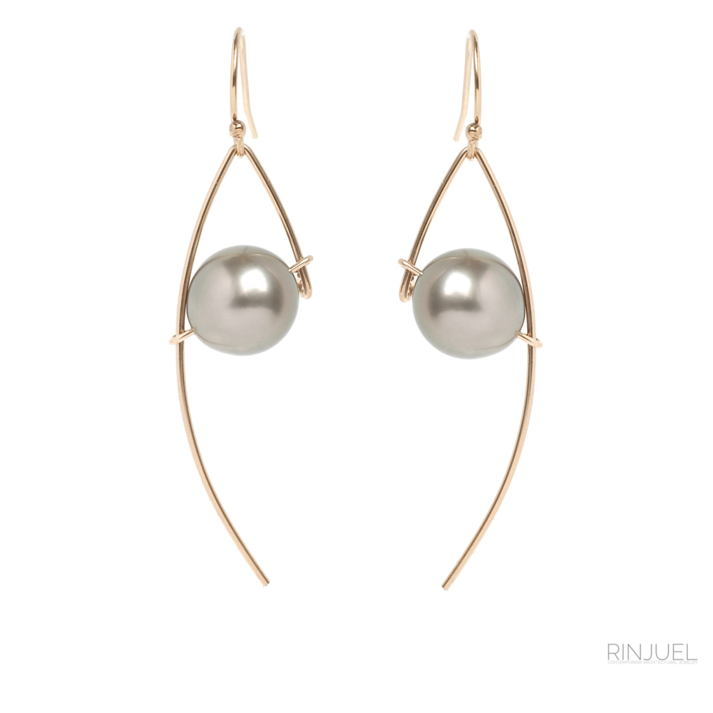 RINJUEL custom ONE earrings in grey Tahitian pearls