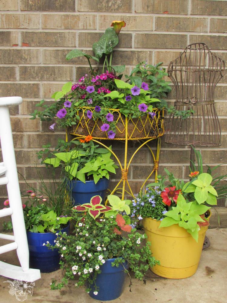 Flower planter planning 25 amazing outdoor planter ideas for Yard planter ideas