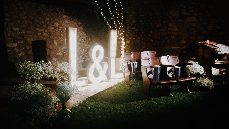 L&L-bodas-letras-bombillas.jpg