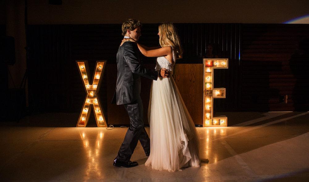 me-bodas-letras-bombillas.jpg