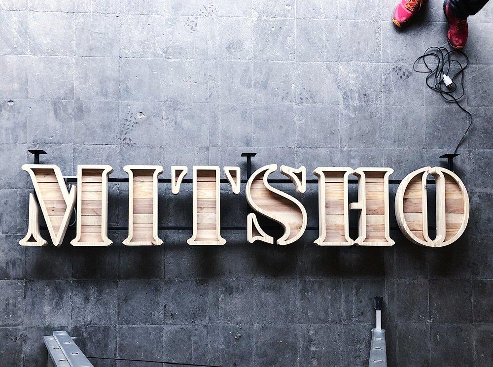 mitsho-rotulos-madera-27lletres.jpeg