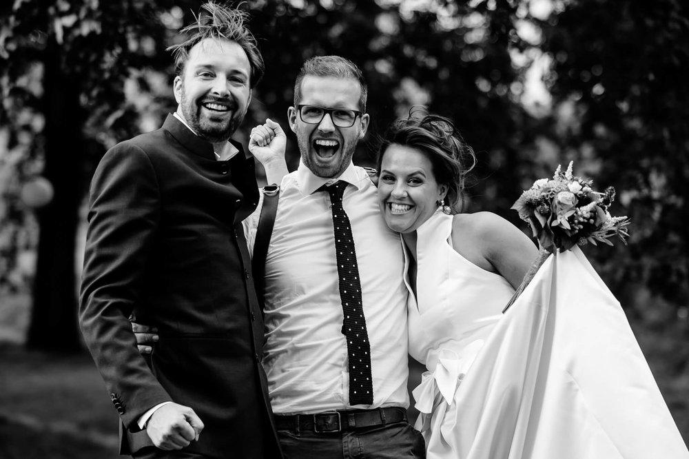 Voor één keer ook een foto van mij met het bruidspaar :-)