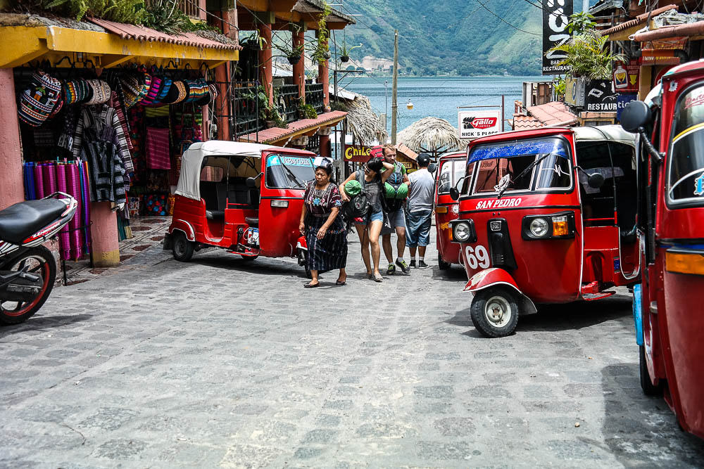 tuk tuks waiting to take the tourists from the water taxi