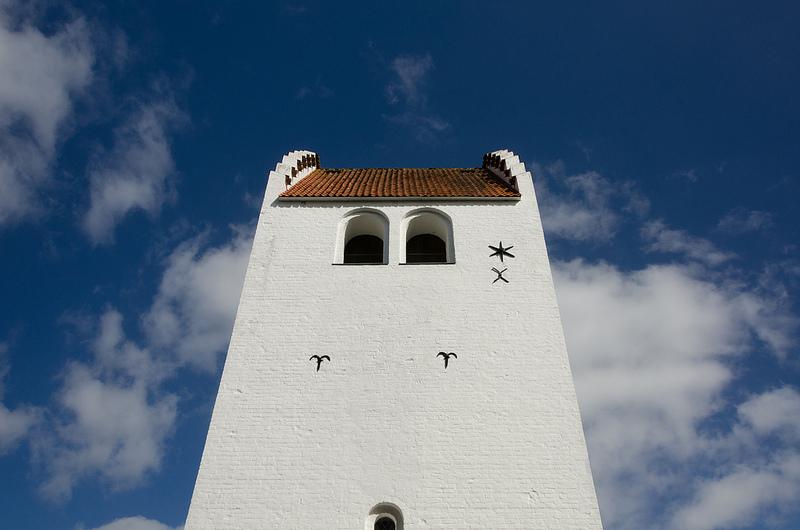 Billede af kirke imod sommerhimmel