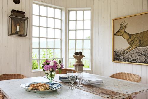 Slagbordet från 1700-talet kommer från Stenhuset Antikhandel i Stockamöllan. Korgstolarna är Ikea. Planschen på väggen har tillhört Bengts morfar och trycktes upp v Statens litografiska anstalt för skjutövning på vilt.