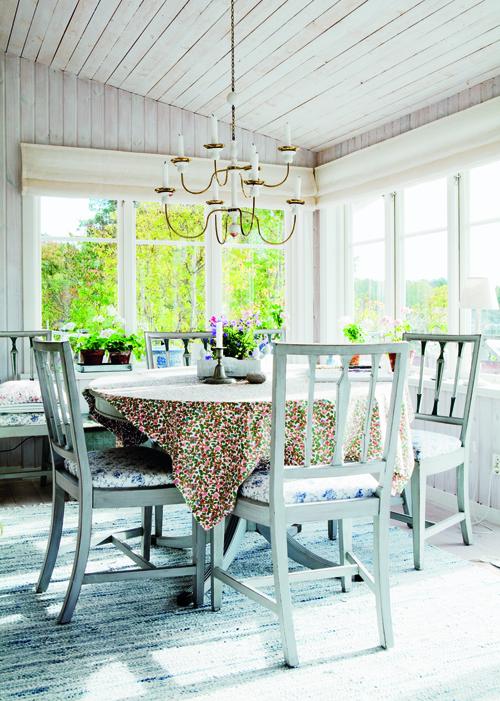 De gråmålade stolarna och bordet var från början mahognyfanerade. Ljuskrona från Svenskt Tenn.