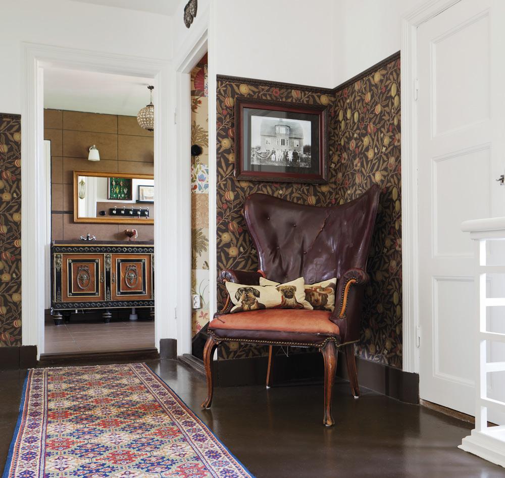Övre hallen.Med skinnfåtölj, tapet från Morris och matchande golv.