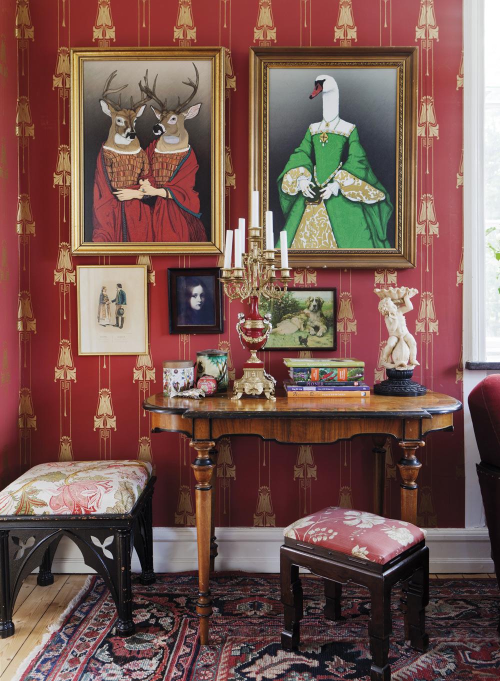 Stora rummet.Tapeten är från Lim & Handtryck. Bordet och pallarna är köpta på auktion. De stora målningarna har Klas gjort i datorn. Kandelabern köpte Sandra hosSvedala auktionshus. Hon fick två stycken för 1 500 kronor.