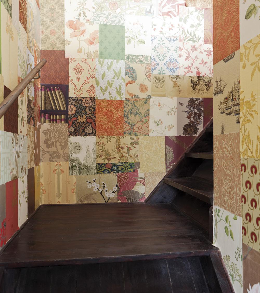 Trappan upp till Sandra och Klas sovrum är den gamla vindstrappen, som har brunbetsats och väggarna har tapetserats med massor av tapetprover som Sandra beställt genom åren. Vilken tapetglädje!