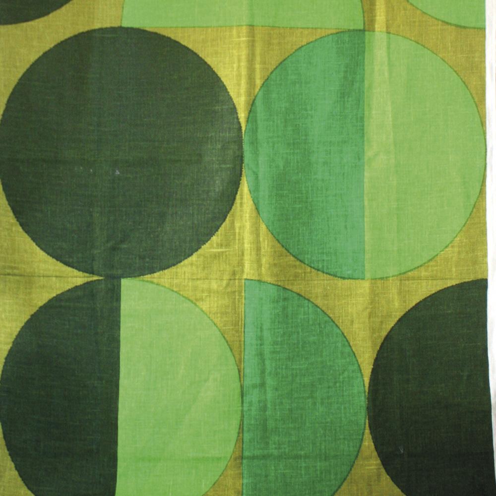 Timmer av Sven Markelius för NK:s Textilkammare från slutet av 1950-talet. Handtryckt, tjockt hellinne i tuskaft. Lata Pigan.