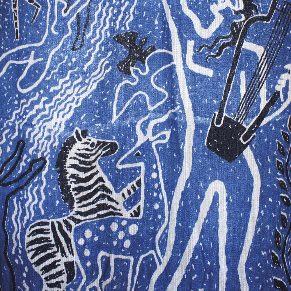 Något för väggen när Vicke Lindstrand-samlaren inreder sitt hem? Tyget är en del av en teaterridå ritad av Vicke Lindstrand för Malmö stadsteater 1944, tryckt på Elsa Gullbergs ateljé. Handtryck på konstsilke. Ridådelen mäter 350x120 cm.Lata Pigan.
