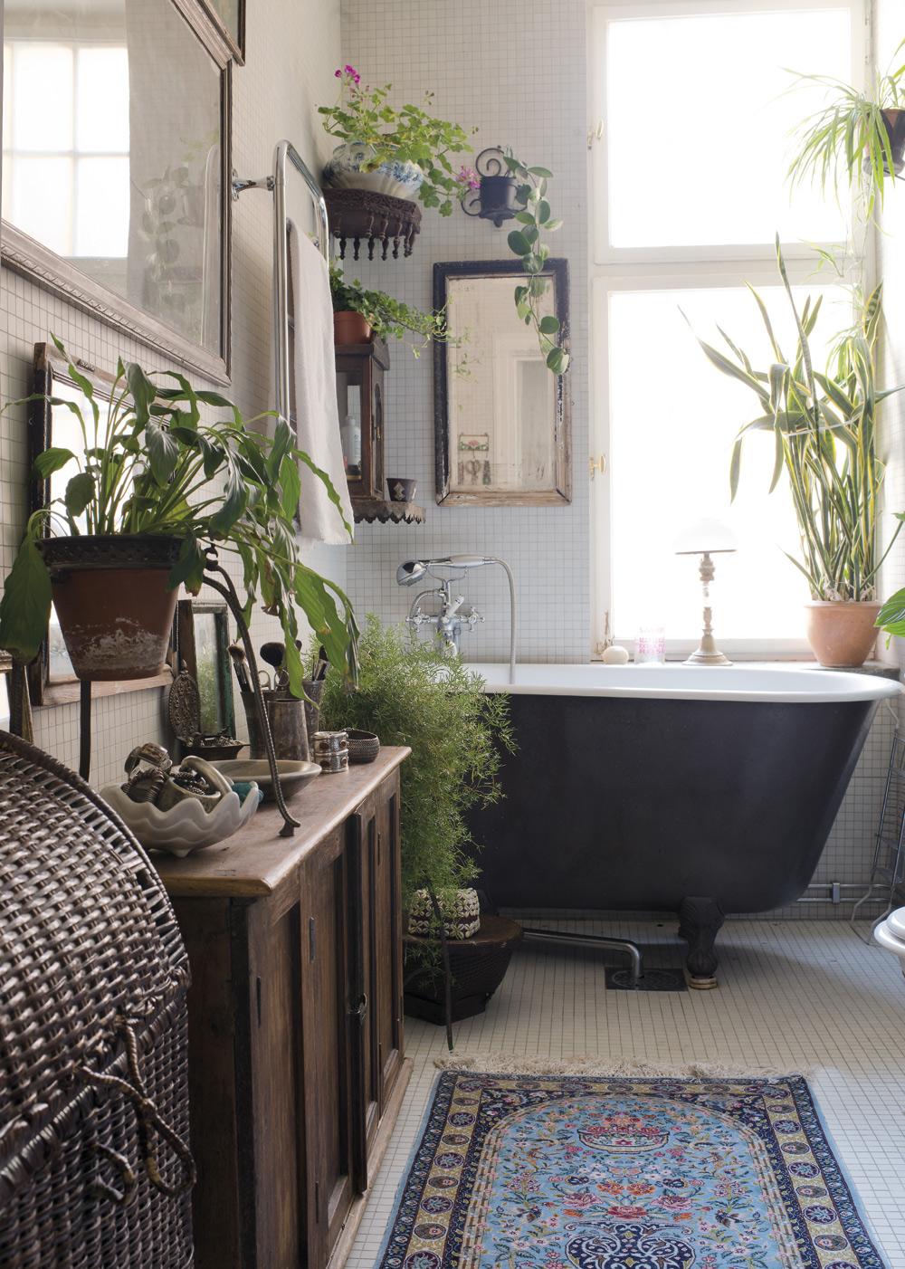 BADRUMMET. Ett friståendebadkar på tassar från Magasin 13sätter stilen i badrummet. Underbart med de gröna växterna till.