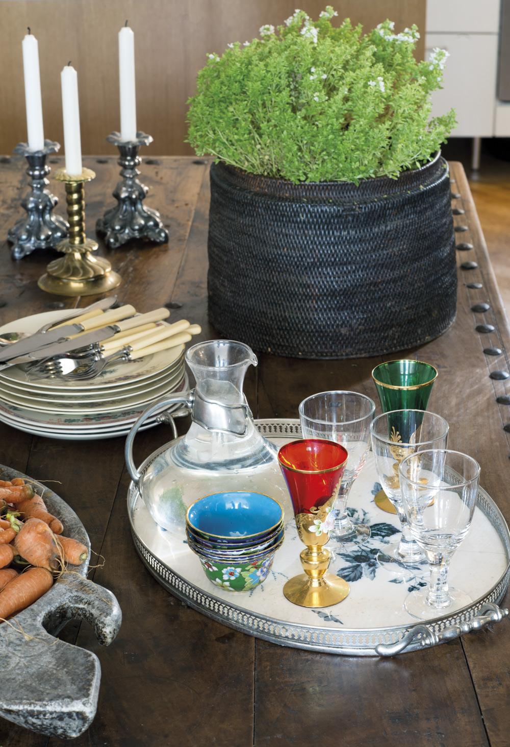 LÄCKER DUKNING. Svenska rokoko- och barockljusstakar. Antik mango-korg, nya och äldre glas på bricka.