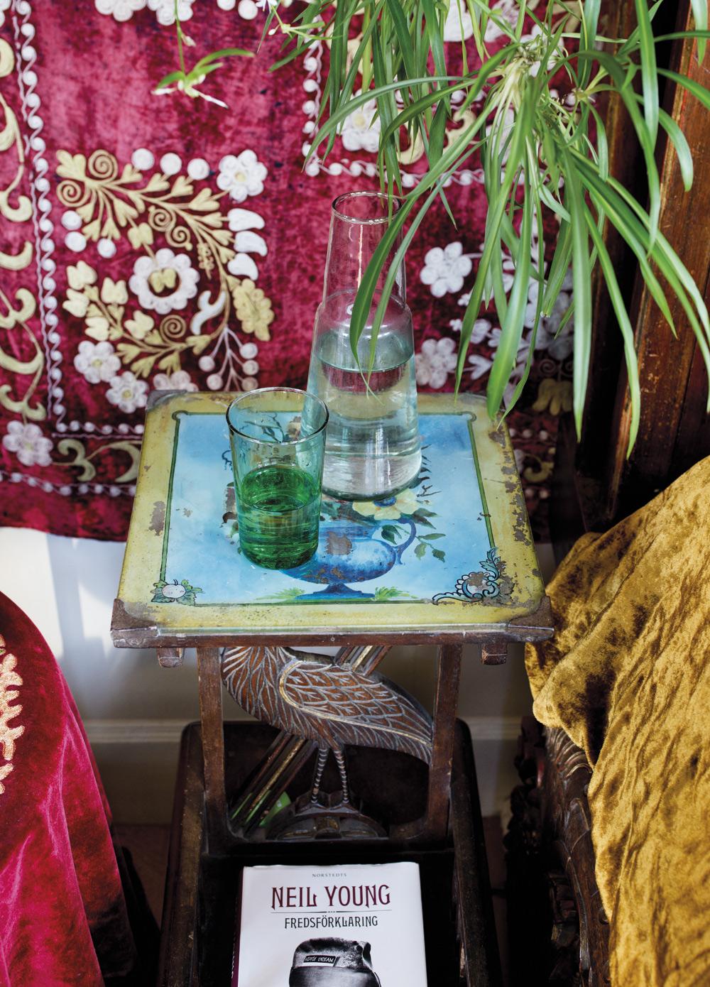 UNIKT SÄNGBORD. Det är handmålat och kommer från Rajasthan. Underredet är en snidad fågel och bordsskivan är täckt av ett glas.