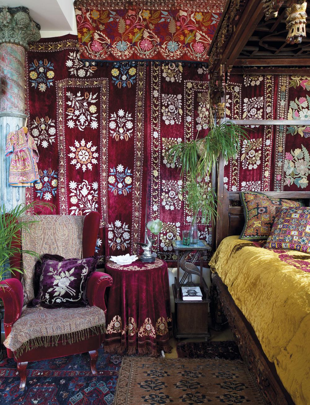 SOVRUMMET. Väggarna och en del av taket är klädda med bonader från Uzbekistan. Sängen är en dagbädd från Java. Överkastet kommer från Raja. Fåtöljen i sammet är köpt på auktion, likaså lampan.