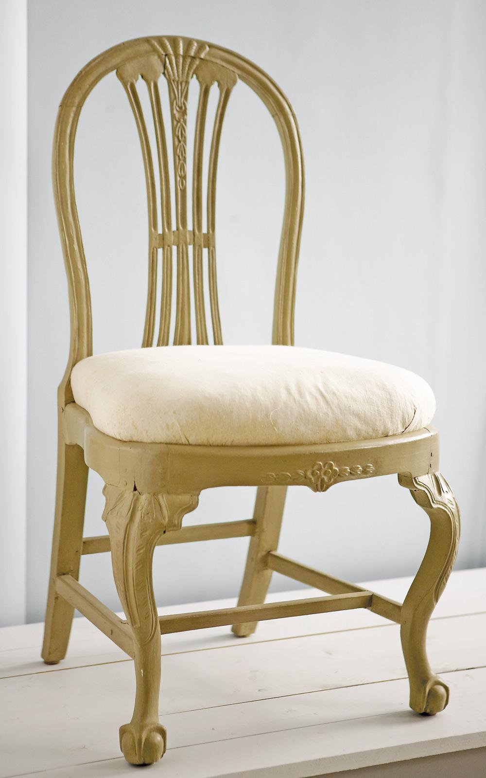 Stol med kopplat spjälknippe som är typiskt för gustavianska stolar, benen bär spår av senbarock och rokoko. Foto: Anders Norrsell.