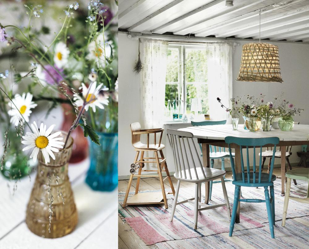 SJU SORTERS BLOMMOR. Floristernas sommarfavoriter växer förstås vilda, på ängen. ALLRUMMET. Det stora runda bordet har Johan gjort själv. Stolarna kommer från Johans släkt. På golvet ligger både nya och gamla trasmattor. Lampa från Ikea. I vaserna på bordet samsas både ängsblommor och ogräs.