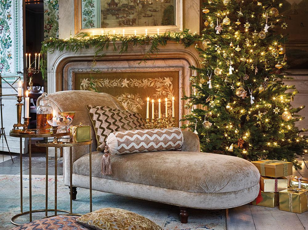 Årets jul går i beige, grönt och guld. Resultatet blir en lyxig och samtidigt genuin känsla. Divan Hereford Chaise, 17 900 kr, Laura Ashley. Kudde med zick-zackmönster, 50x50 cm, 1 799 kr och pöl med zick-zackmönster och tofsar, 2 399 kr, Cazami. Kandelaber, 2 500 kr/par, Oscar & Clothilde. Satsbord, 5 950 kr/två stycken, karaff Camden, 249 kr, hög ljusstake Empire, 5 200 kr/par, små antika ljusstakar, 900 kr/st, större ljusstakar, 5 400 kr/par, allt från Oscar & Clothilde. Skål på fot, 1 200 kr, Millings Antik. Glas med guldkant, 690 kr, Frejas boning.
