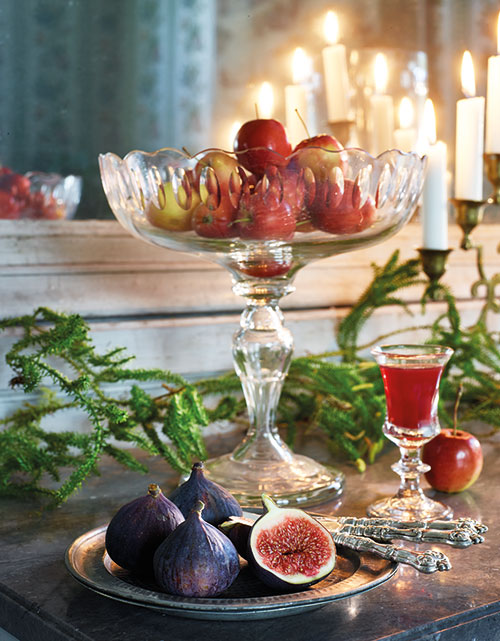 Fikon och äpplen hör julen till, de är både vackra att se på och goda att äta! Kristallskål på fot med olivslipad dekor, 1 200 kr, starkvinsglas, 1800-tal, 550 kr/st, assietter i tenn, 550 kr, fruktknivar i silver, 1 800 kr/sex st, allt från Millings Antik. Kandelaber, 250 kr, Lust & Fägring.